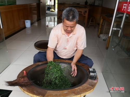 黄龙岘村民在做纯手工炒茶。袁秀月 摄
