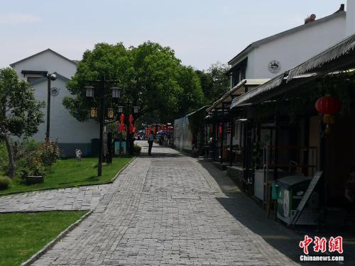 黄龙岘步行街,汪忠凤的农家乐就在这条街上。袁秀月 摄